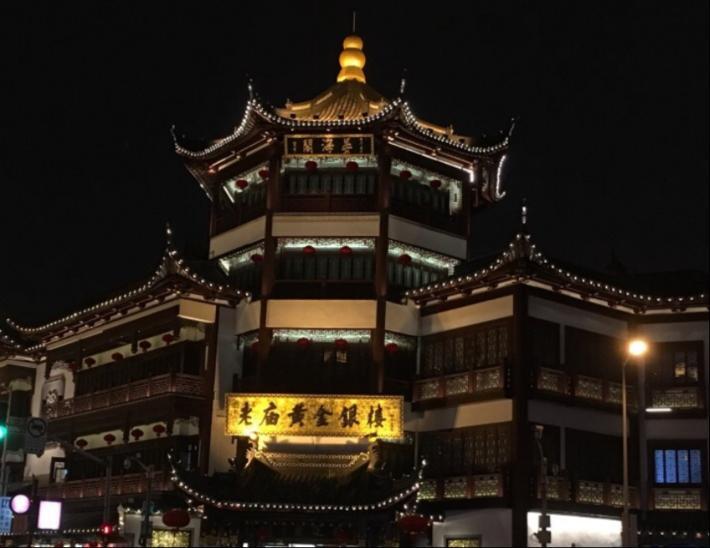 夜幕下的城隍庙。