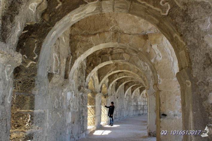 顶部的环拱形连廊