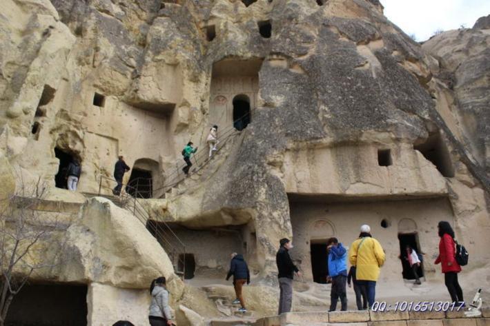 不少岩洞被设置为洞穴教堂