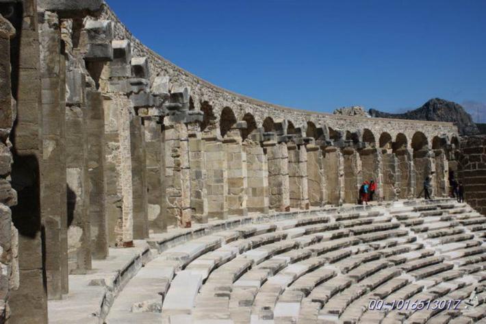 顶部的环拱形连廊造型优美,具有丰富的线条美和纵深感。