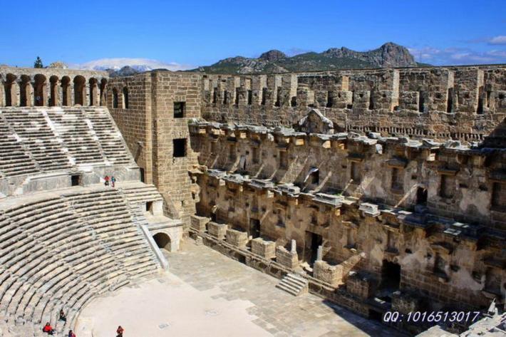 正对观众席的一面墙壁用作舞台背景,上面装饰着雕刻和塑像。