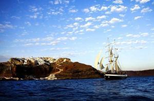 希腊-【当地玩乐】希腊 圣托里尼岛 醉心海航之旅(含火山游览+温泉+船上自助美食盛宴).等待确认
