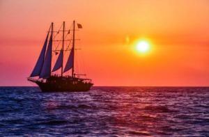 希腊-【当地玩乐】希腊 圣托里尼 海上日落环线(升级小艇 酒店接送 含浮潜和烧烤).等待确认