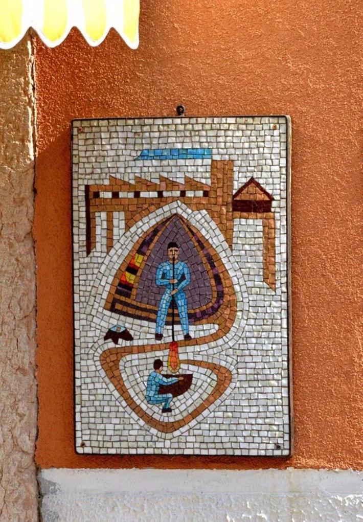外墙上的马赛克显示出制造玻璃的情景