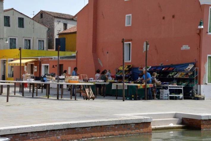 河边的露天市场