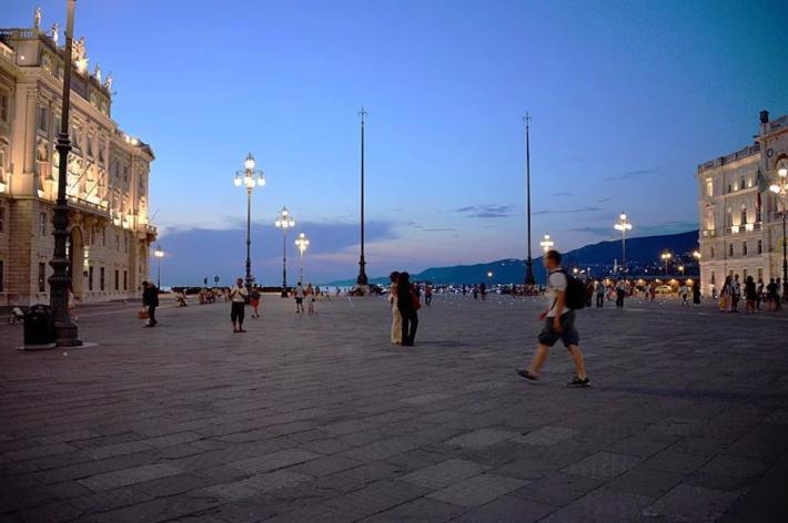 海湾对面,隔了一条马路,就是意大利统一广场