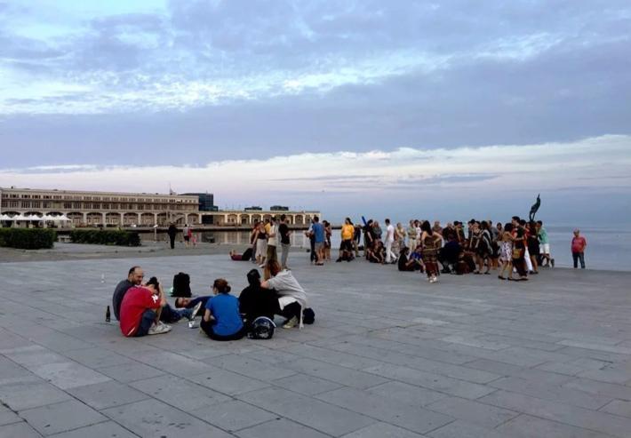 码头旁的广场上,聚集着一些早起晨练的人。他们的晨练就是跳舞,还有手风琴伴奏,真是浪漫至极。