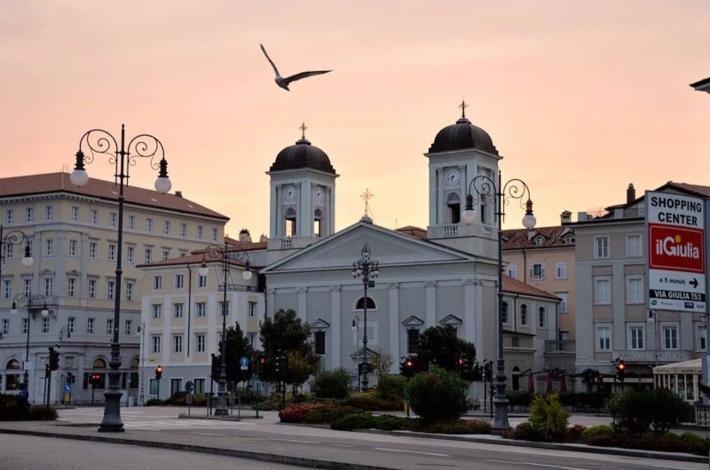 希腊东正教教堂又出现在眼前,在朝霞下显得十分悦目