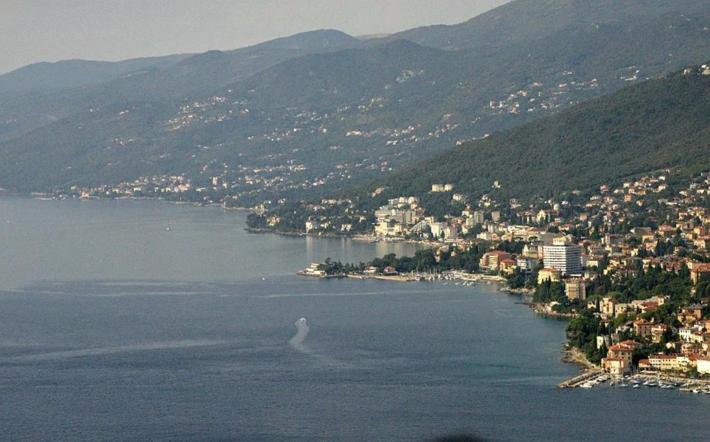 9:16 经过克罗地亚的海滨城市里耶卡(Rijeka)