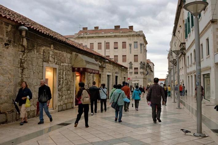 沿Marnontova街前行,感受着古老城市的现代元素