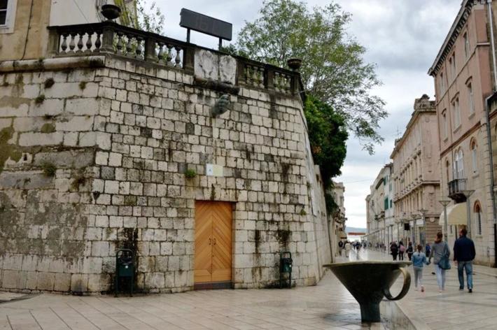 街边一个现代雕塑——别致的喷泉