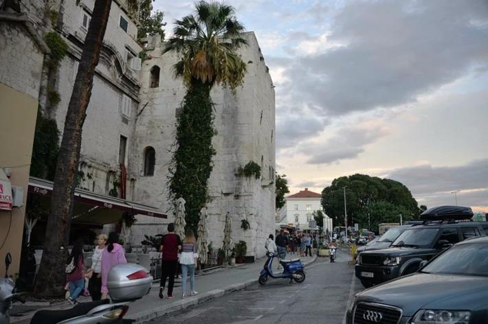 19:10 沿着南边的城墙向银门(即东门)走去