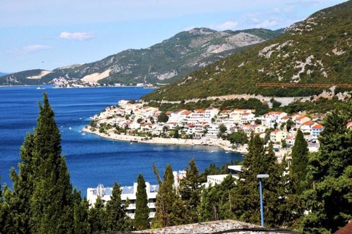 从酒店外的观景台向海边望去