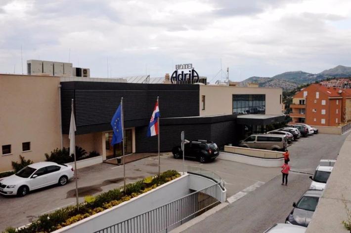 酒店的正门,其背面就是海湾