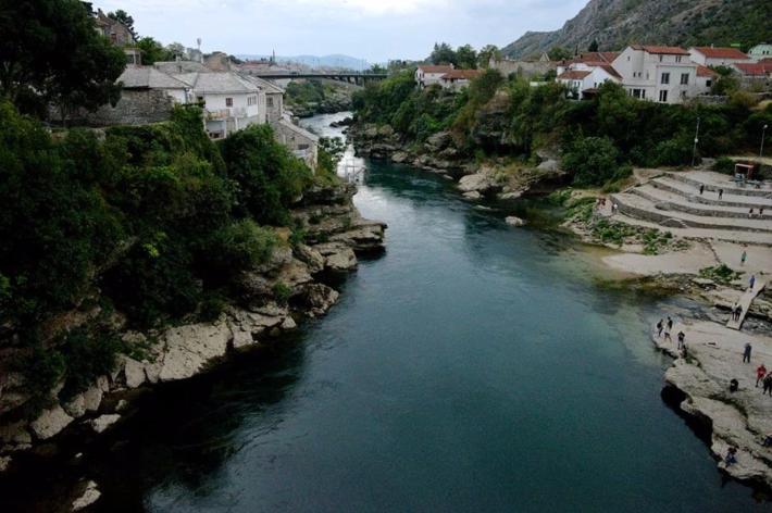 涅雷特瓦河水清澈碧绿,古城朴实无华