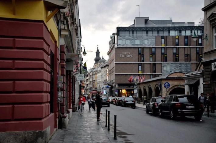 在路口左转,欧洲酒店(Hotel Europe)就是我们今晚的下榻处
