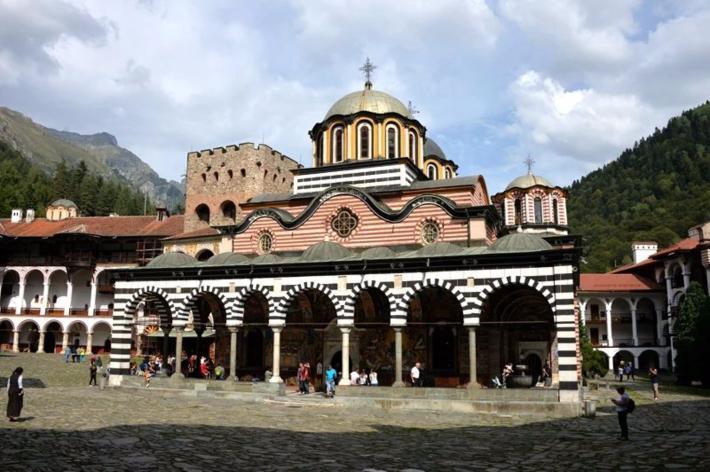 坐落在修道院中央的圣母升天大教堂