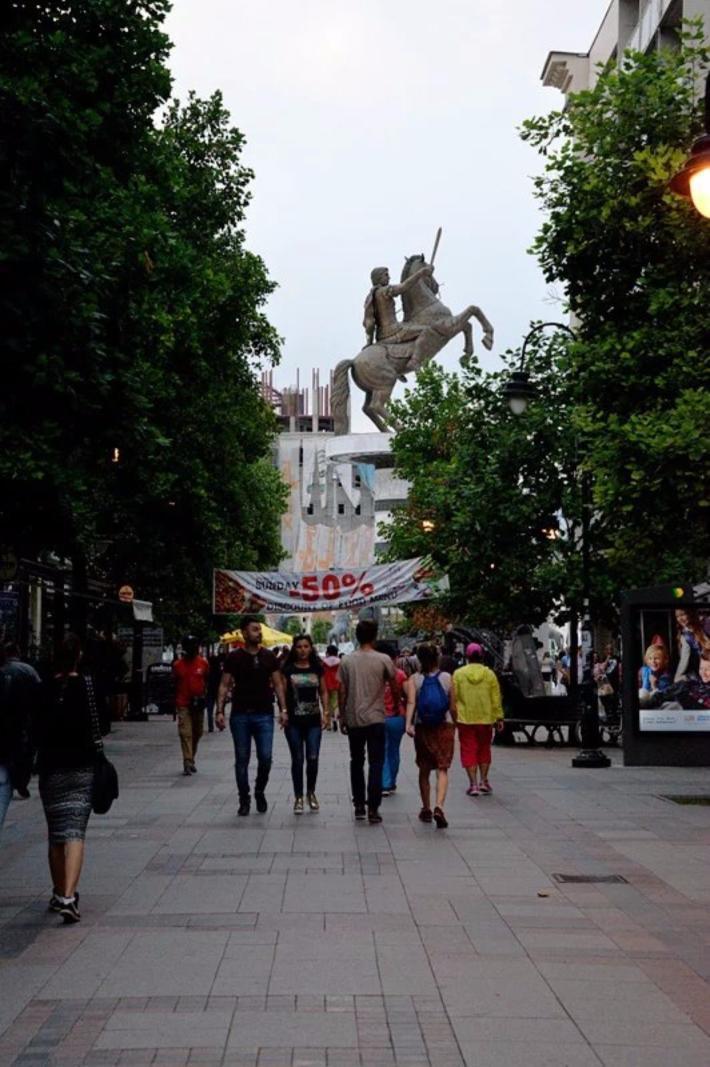 从马其顿广场南侧小路再次走向亚历山大三世雕像