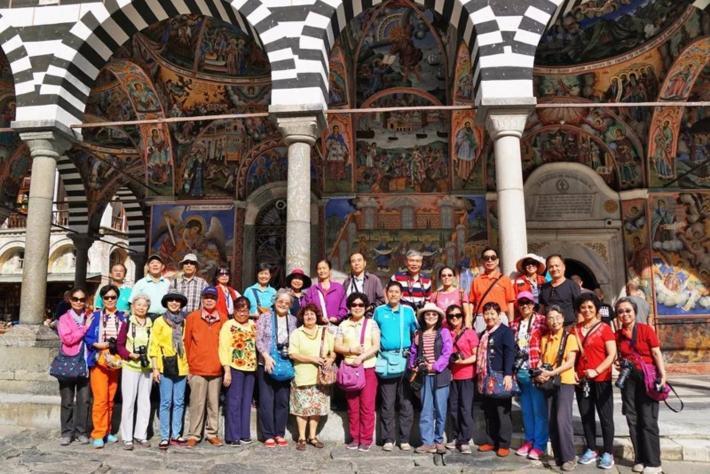 在修道院斑马似的大殿前合影留念(左8是保加利亚导游)