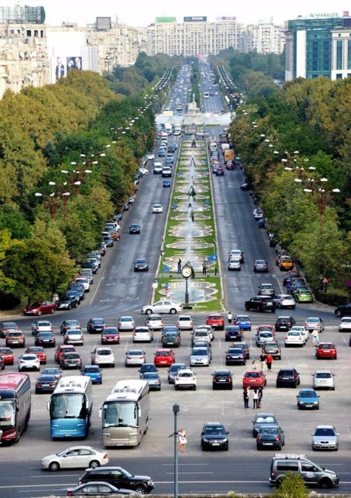 站在议会宫的楼上俯拍统一大街