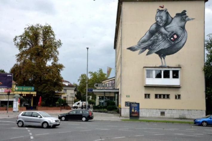这幅极富幽默感的壁画不知是卖的什么广告