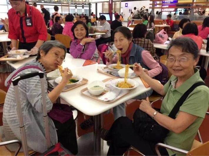 香港机场:在翠华餐厅尝了每人50港币的虾仁捞面。感谢广之旅!