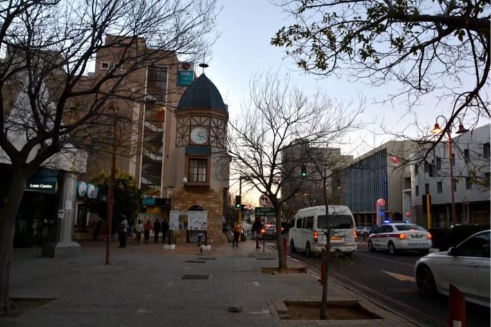 钟楼对面是温得和克中央邮局